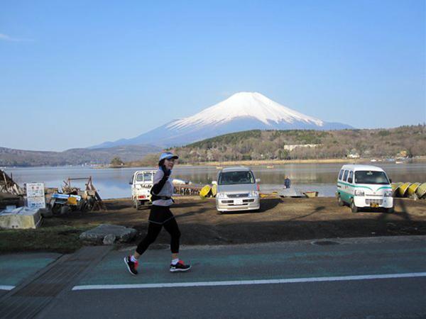 倉橋孝夫「富士と小松佑子さん」 富士五湖をお楽しみください。(写真をクリックすると拡大されます。